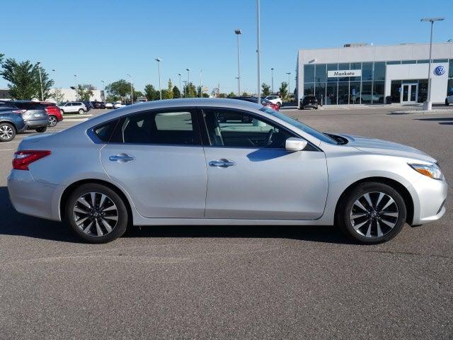 Used 2017 Nissan Altima SV with VIN 1N4AL3AP2HC272042 for sale in Mankato, Minnesota